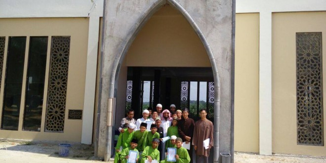 Pembagian Sertifikat Dauroh Tuhfatul Athfal oleh Syeikh Rusydi dan Ustadz Abuz Zubair